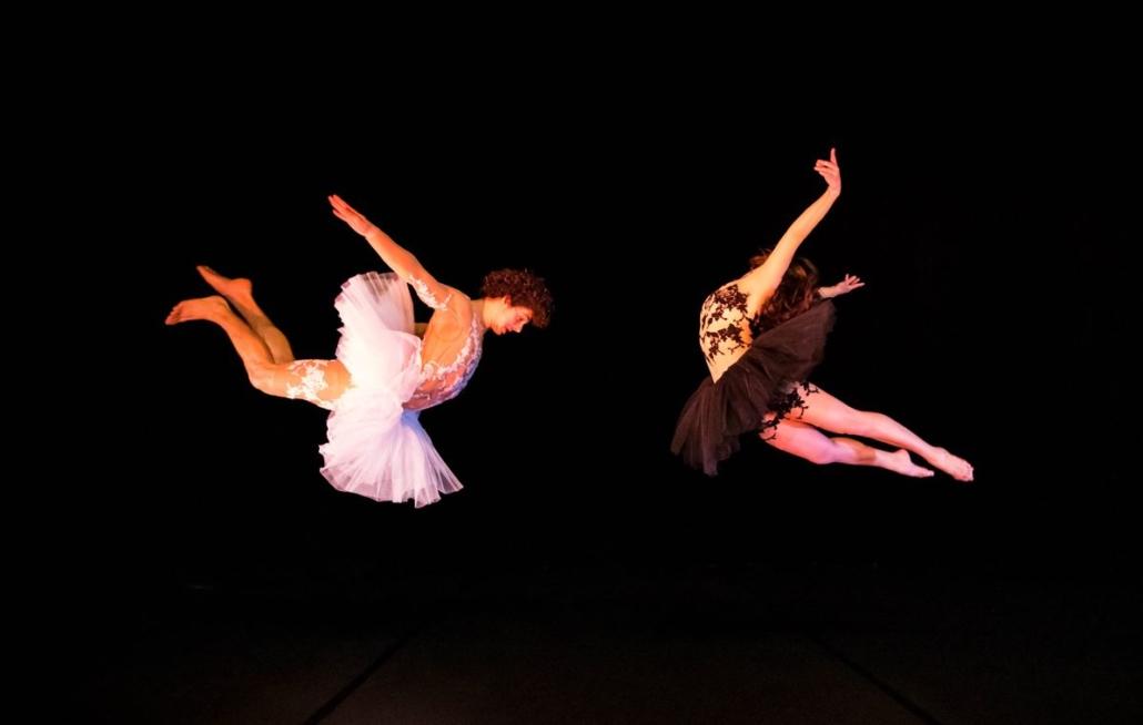 Une danseuse et un danseur dans les airs