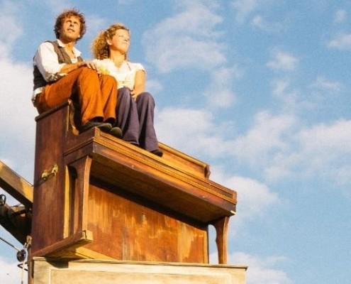 Dirk et fien assis sur une pile de piano