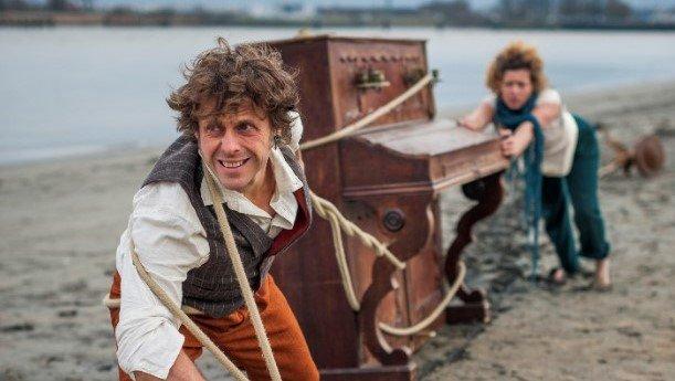 Dirk et fien tirent un piano sur la plage