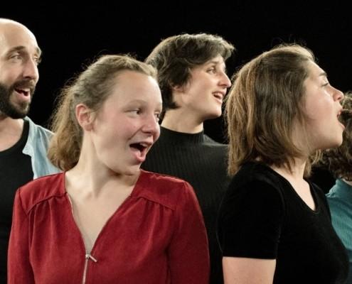 des jeunes gens chantent