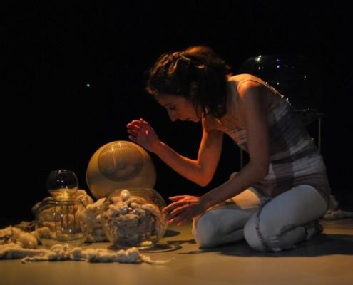 une femme touche des objets au sol
