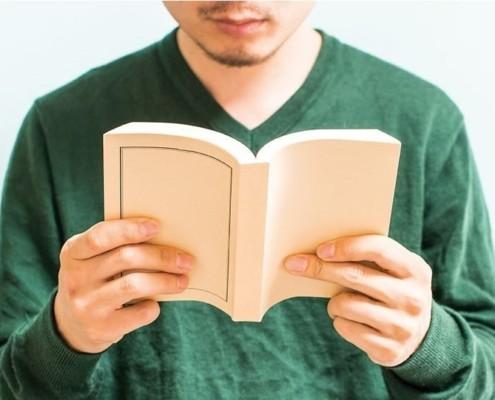 un jeune homme lit un livre