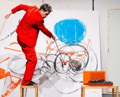 Un homme fait des gribouillis sur un tableau