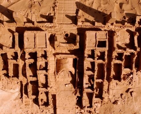 maquette d'une ville en terre rouge