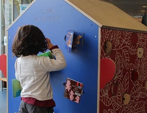 Un enfant joue autour d'une petite cabane