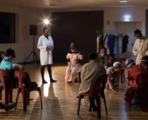Des élèves répètent leur pièce de théâtre
