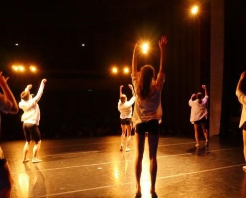 Des jeunes enfants dansent